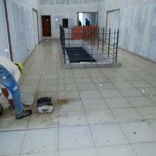 Execução do acabamento do revestimento do pisos